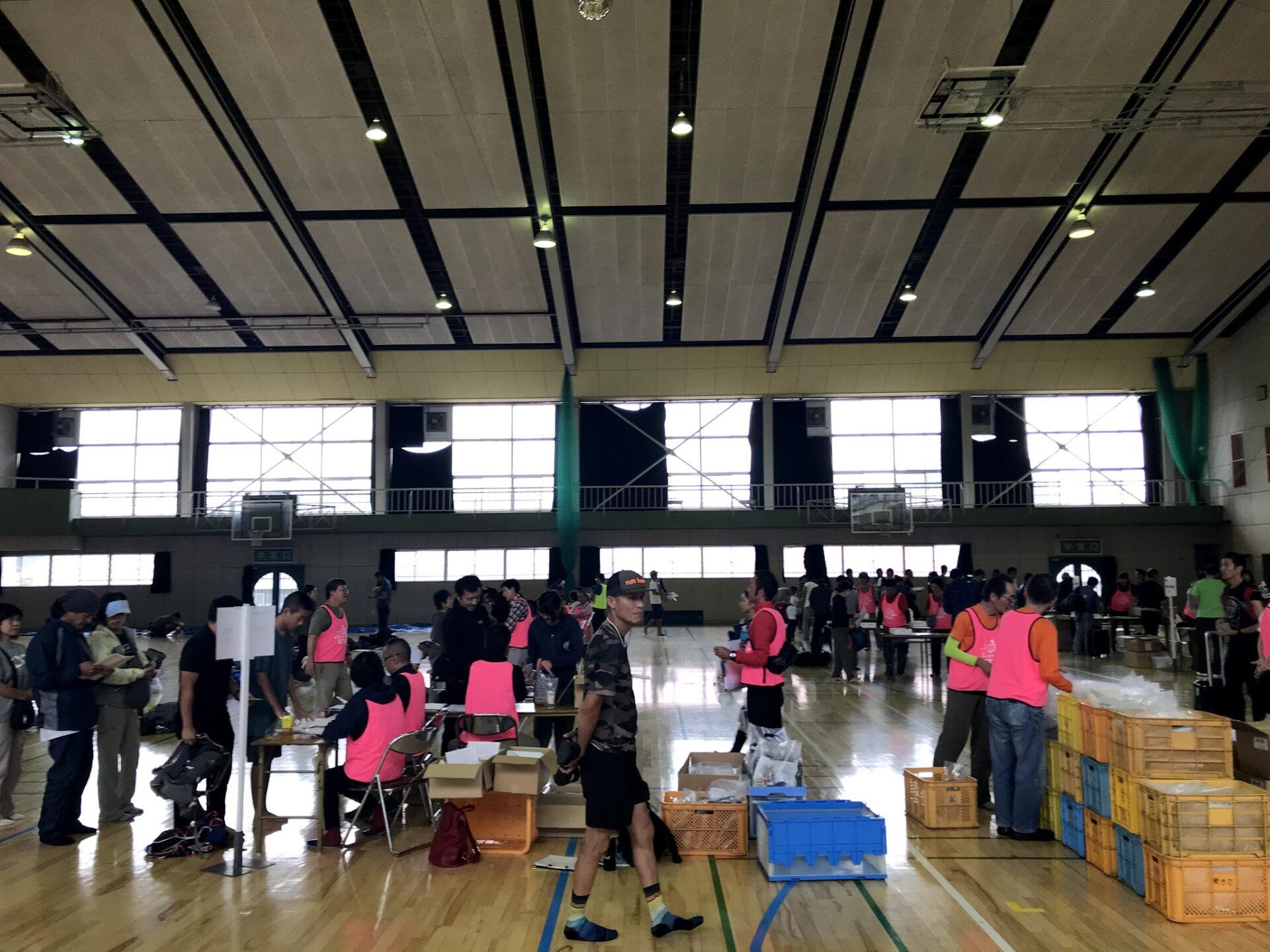 上州武尊山スカイビュートレイルの受付会場-体育館の中