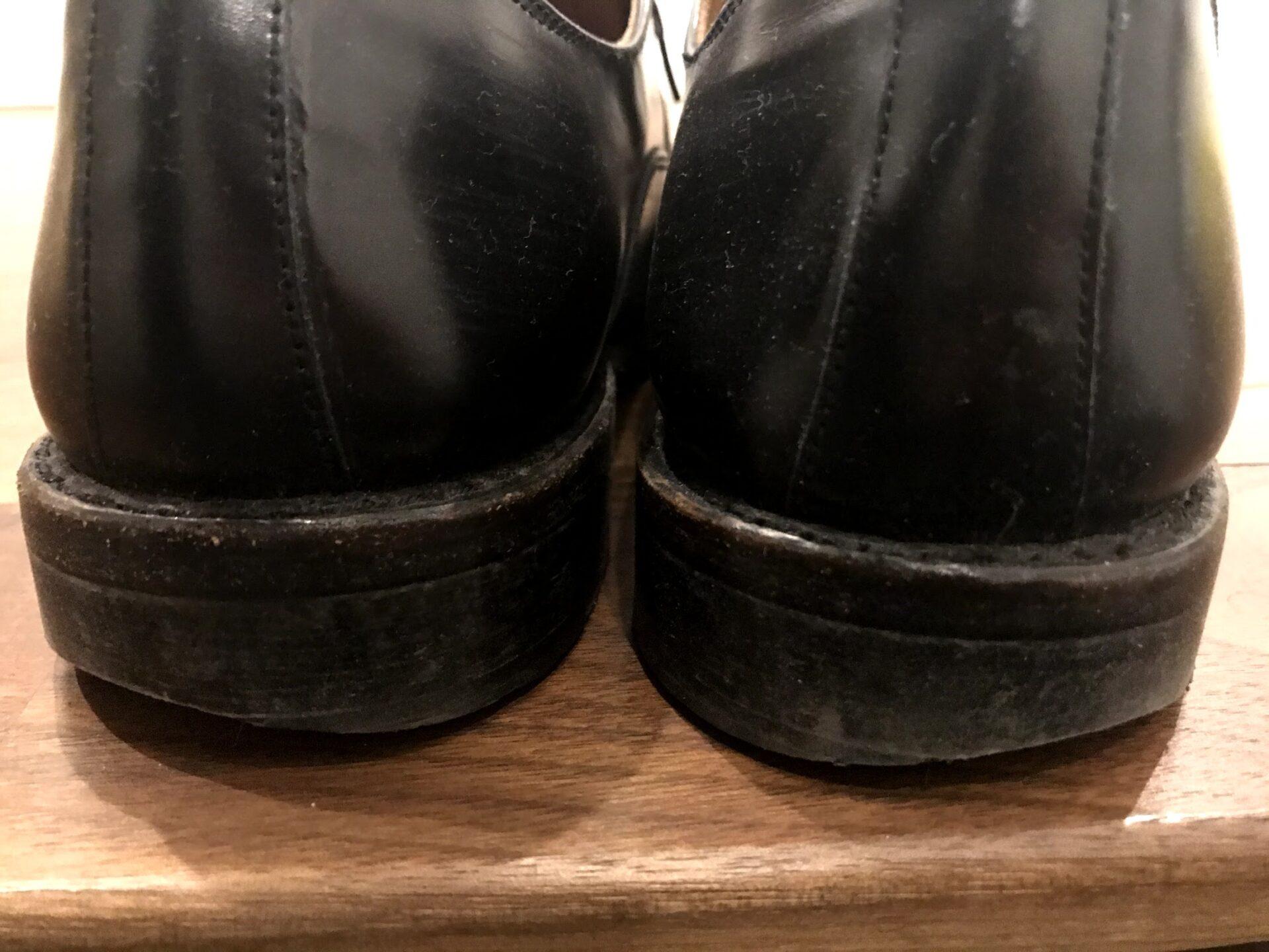 私の靴底、外側が削れている